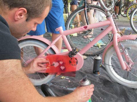 //reCYCLING//, or lets together paint our bicycles in time for the start of the holidays!